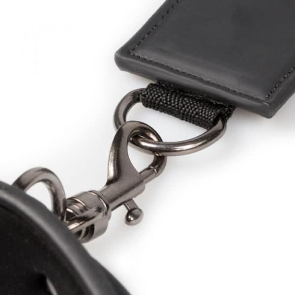 Neck and Wrist Restraint Close Up Bondage Halsbanden Polsbanden
